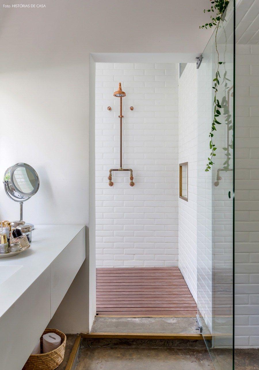 Um apartamento luminoso e repleto de peças de artesanato brasileiro no Edifício Louveira, um marco da arquitetura nacional.