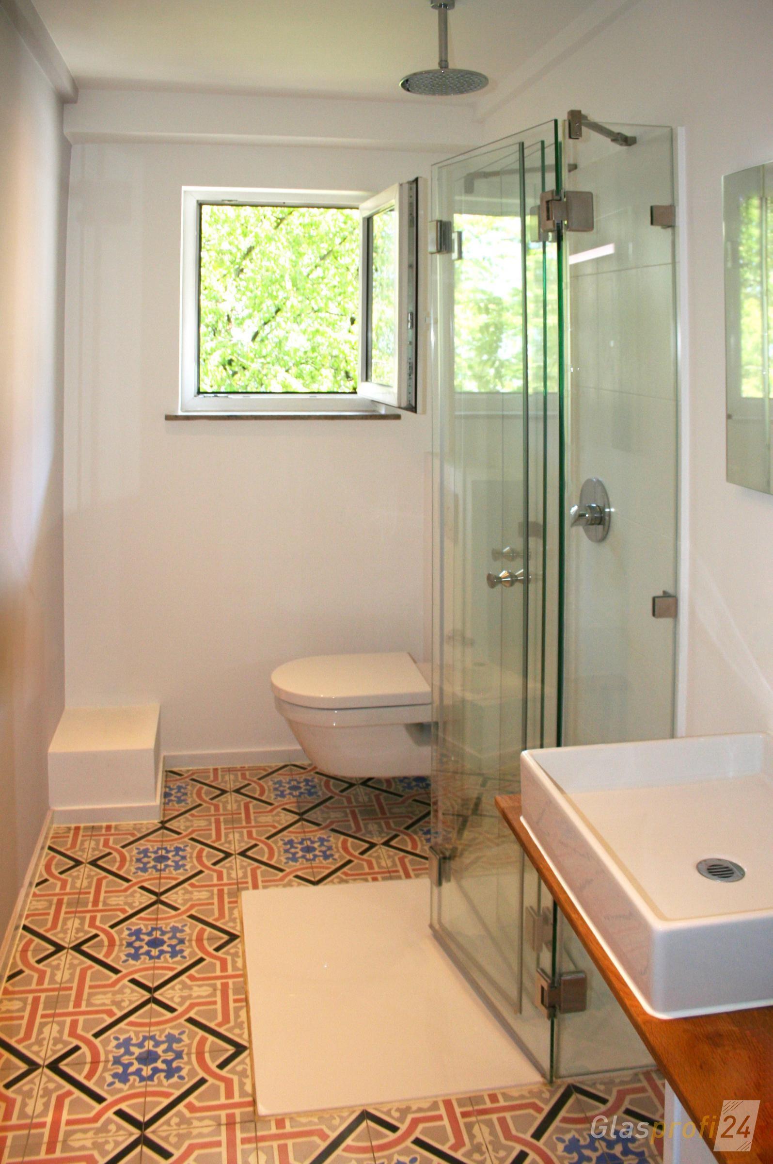 Die faltbare Dusche ist besonders platzsparend und dadurch ...