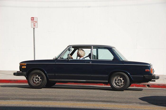 femme plus âgée au volant de voiture