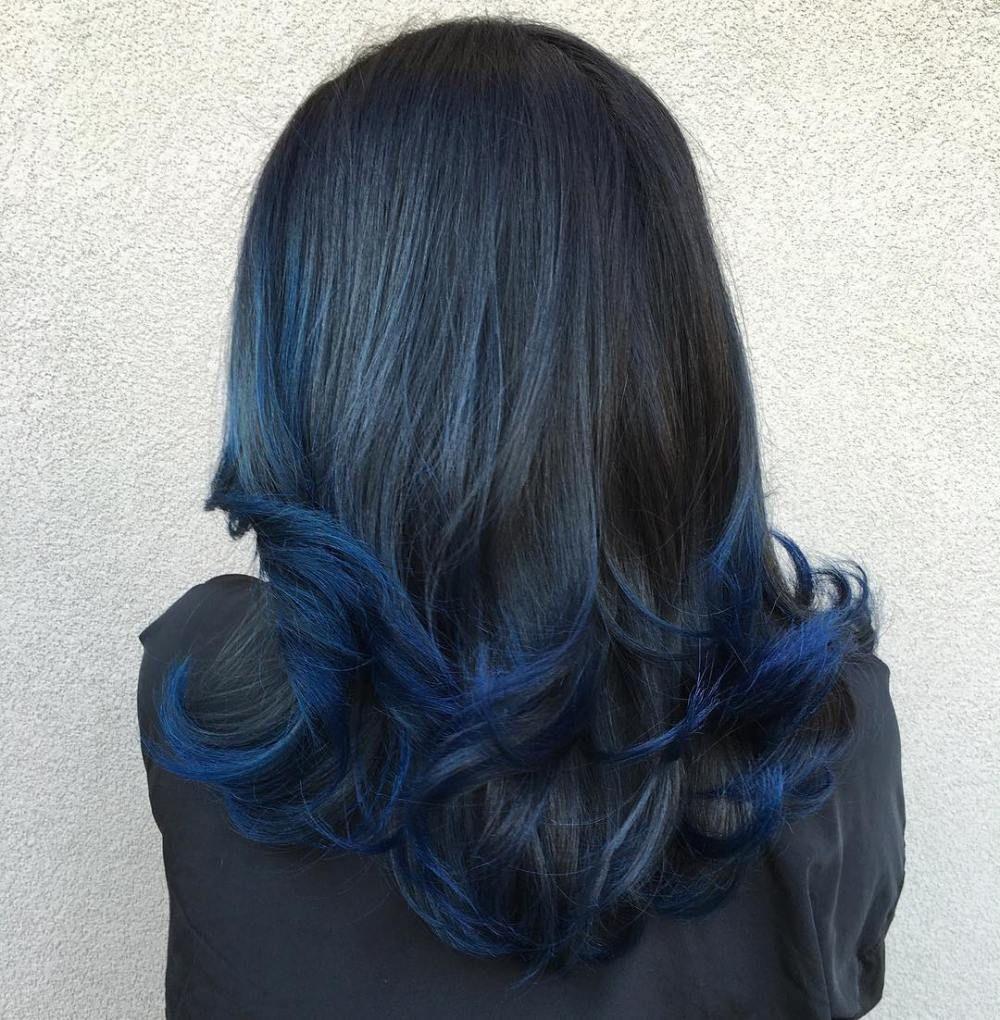 Capelli neri con punte blu oceano