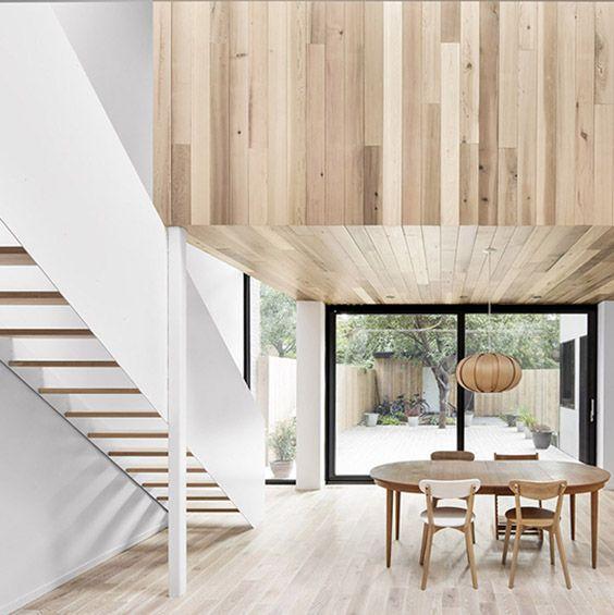 A Montréal, l'agence EM architecture a transformé une propriété du début du siècle à l'abandon en une maison familiale contemporaine, qui fait la part belle à la lumière et au plus noble des matériaux : le bois. ...