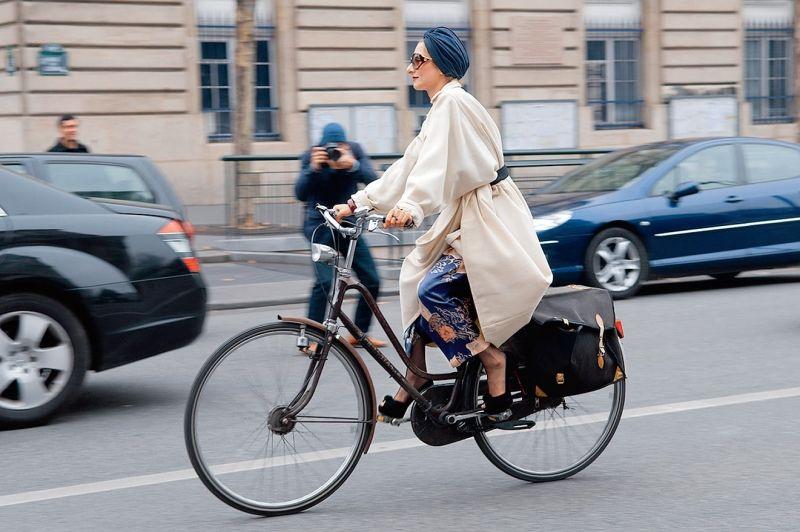 Streetstyle im Herbst - Wer sagt denn, dass man nur in funktionaler Bekleidung Velo fahren soll? Stylistin Catherine Baba machts vor: Füsse in Highheels lassen sich perfekt auf Pedalen ausruhen, und Extravaganz macht gute Laune. (Redaktion: Daniella Gurtner, Foto: Imaxtree)