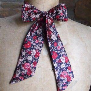 L atelier à nouer propose des noeuds papillon pour femme. Osez  l originalité ! Osez ce liberty noir et fleurs rouges. a2af91229bab