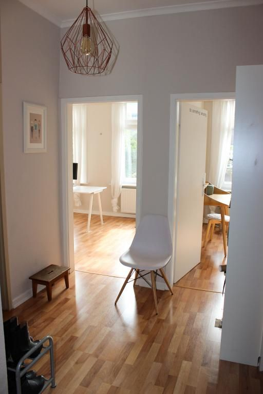 Lichtdurchfluteter Flur Mit Modernem Stuhl Und Schoner Lampe Wohnung In Hamburg Einrichtung Flur Hallway Wohnung Haus Deko Lampe Flur