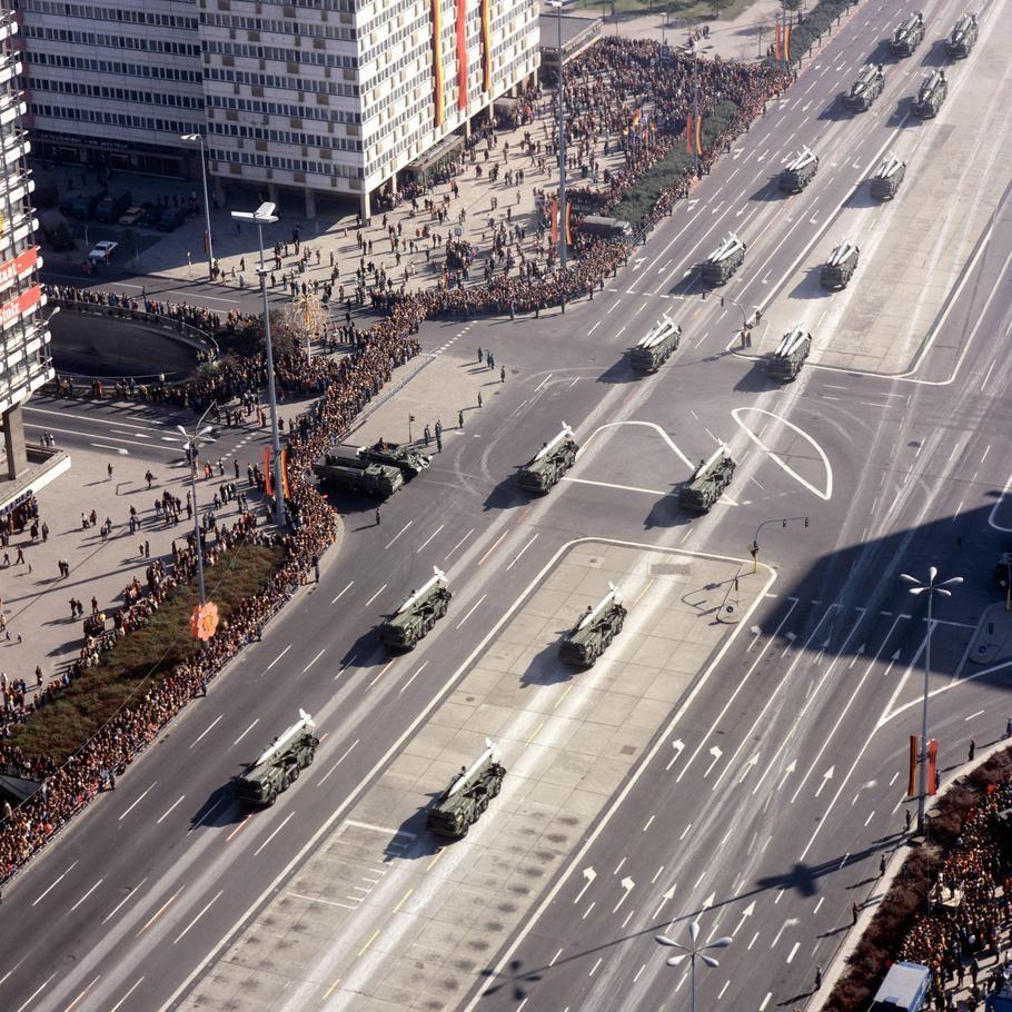 Militarparade In Mitte Die Nva Fahrt Mit Schwerem Gerat Am Alexanderplatz Vorbei 70er Jahre Berlin Ostdeutschland Berlin Hauptstadt