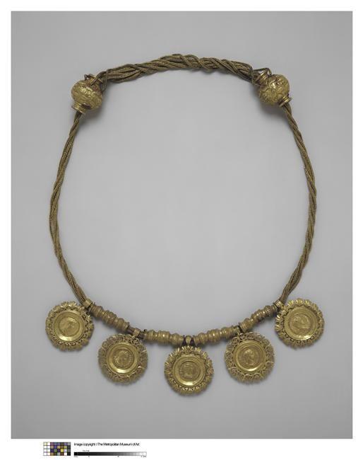 Collier à médaillons à l'effigie d'empereurs romains. Trouvé à Memphis. Réunion des Musées Nationaux.
