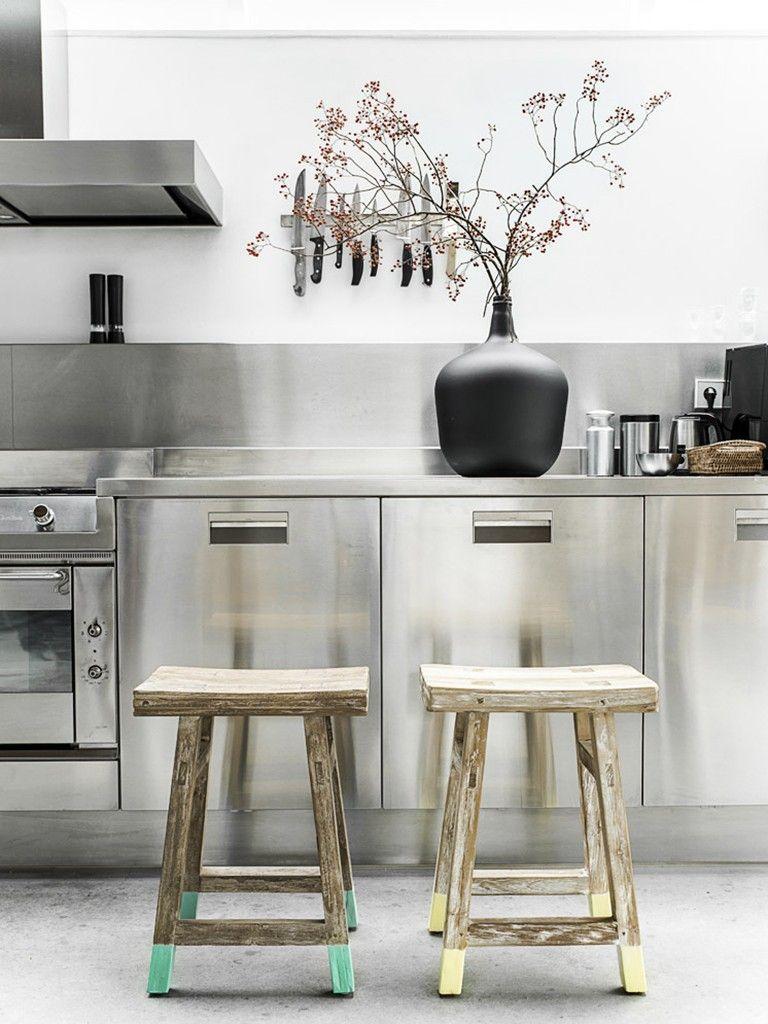 Banquetas De Madeira Desgastadas Em Cozinha Industrial Design