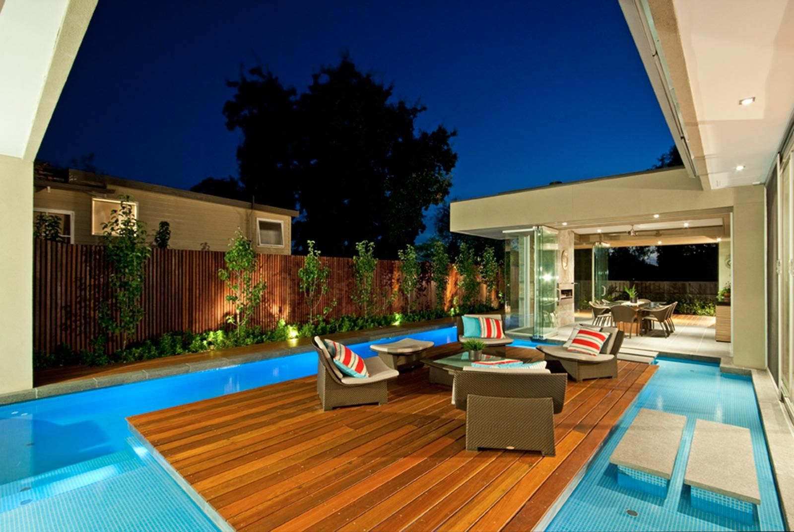Wonderful swimming pool design idea with wooden floor deck - Decke modern ...