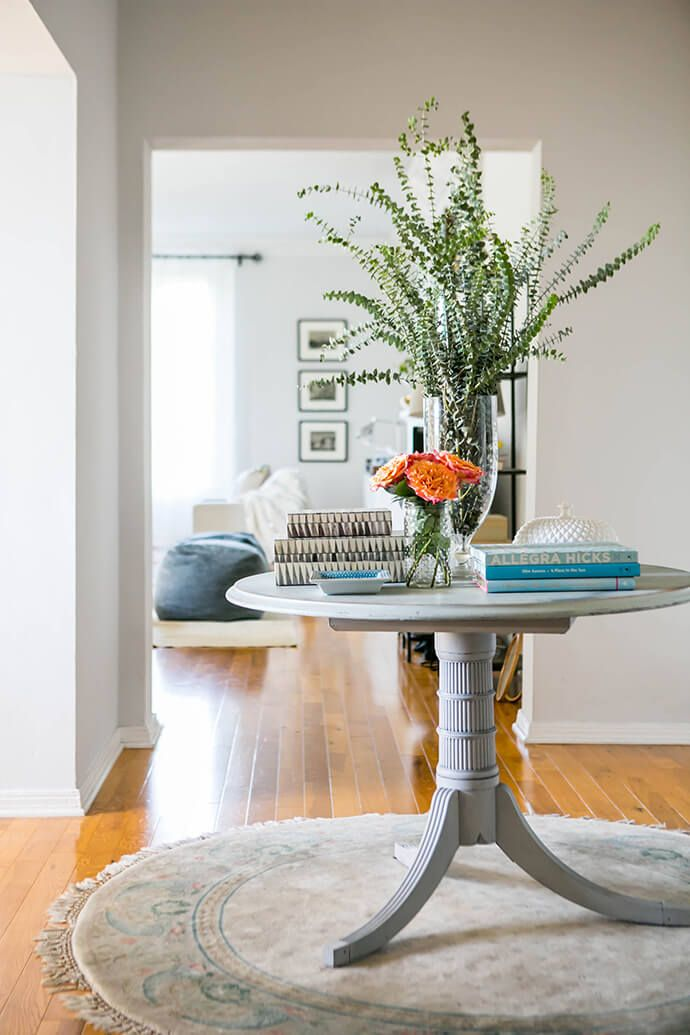 Home Foyer Table : Touring the home of margo me founder jenny bernheim