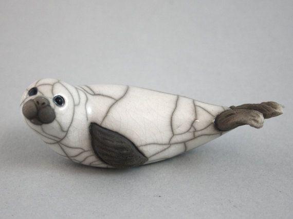 Bébé phoque sur le ventre, en céramique raku cuite sculpture faite main