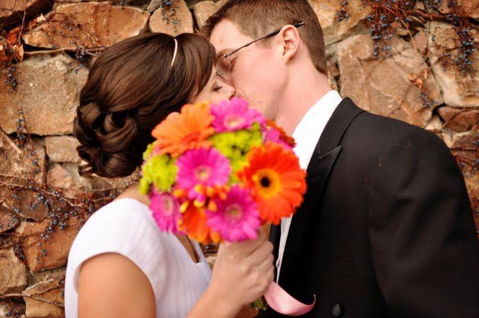 Love the bouquet...daisies!