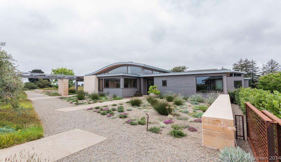 Maison bois contemporaine dotée du0027une toiture solaire cintrée aux