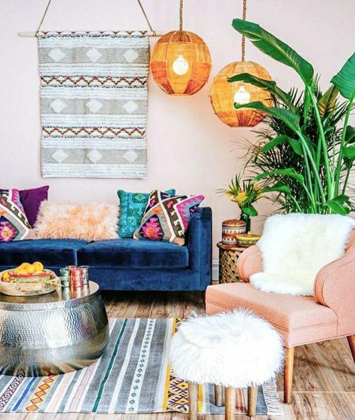 ein bunt gestaltetes wohnzimmer mit blauer polstercouch bunten kissen musterteppich designer. Black Bedroom Furniture Sets. Home Design Ideas
