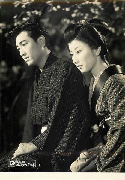 きっちりと結われた髪で何か見つめる若い頃の山本富士子