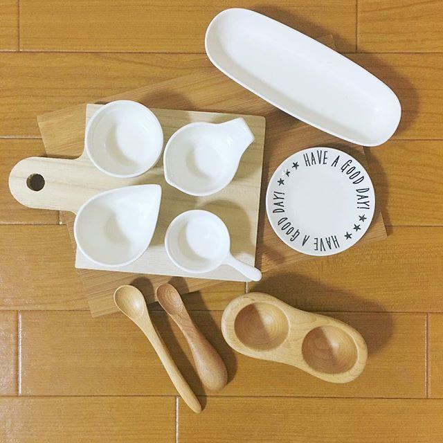 ykr.tabby#離乳食準備 #食器 ・ #セリア はいけないわ… かわいすぎてなんでもかんでも買ってしまうわ… ・ ・ #クラフト木の実#てのひら皿と食べさせスプーン#カッティングボード#selia#ダイソー#100均#離乳食#木#乳児#4ヶ月#赤ちゃん#息子#baby#babyfood#tableware#dish#bowl#tray#wooden#woodenspoon#woodenbowl