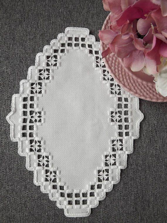 Esta hermosa, muy detallada y elegante tapete fue cosida en la tela de Hardanger 22 cuenta blanca y fue cosida con hilo DMC blanco. Este centro de mesa mide aproximadamente 9.5 6,75. Hay una gran cantidad de detalle cortado en toda la pieza por lo que se aprecia el color colocado