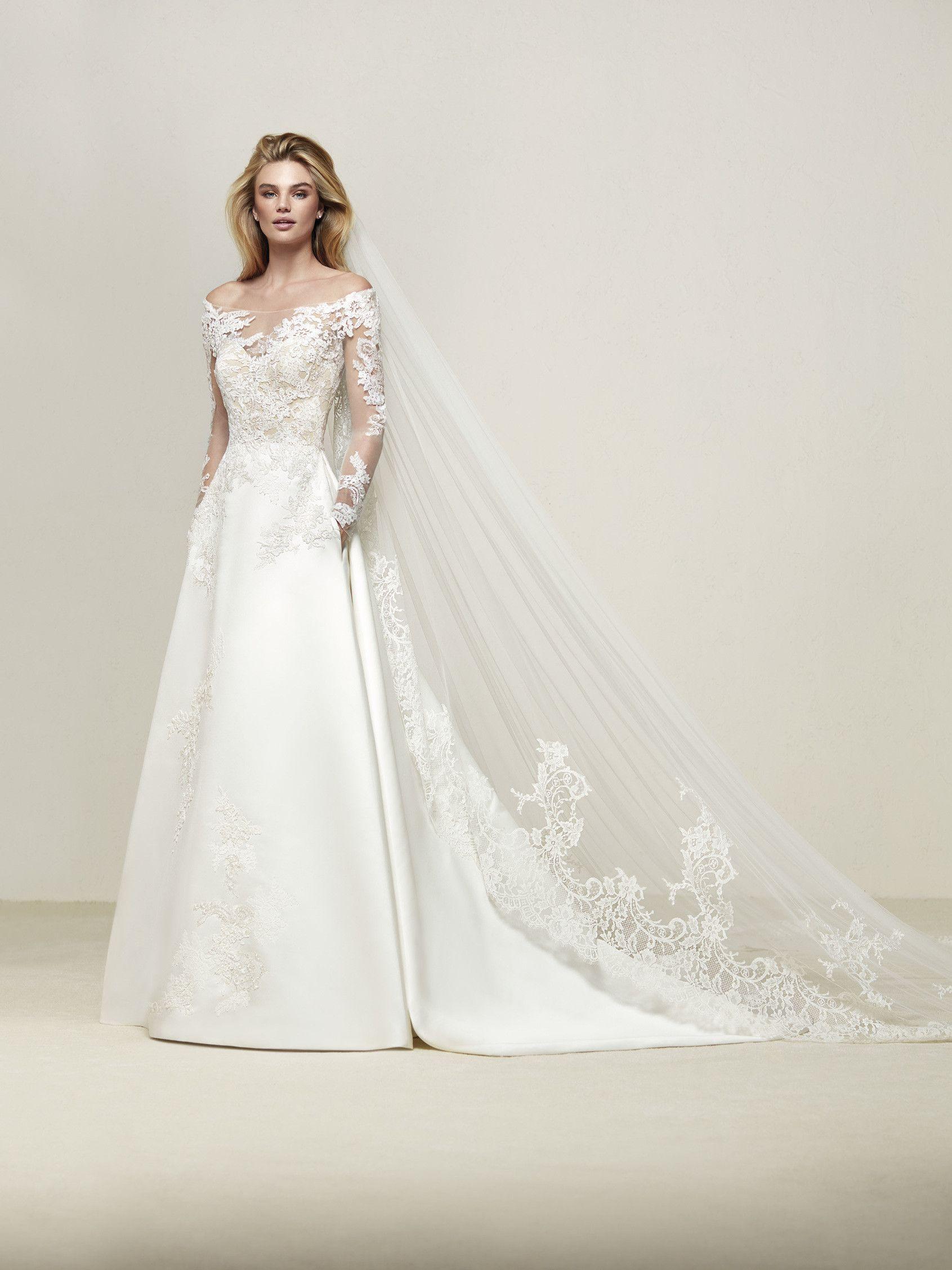 Dresaba  Romantico abito da sposa dalla linea svasata con gonna in raso  reale con tasche e applicazioni in pizzo - Pronovias 5877c1c1f024