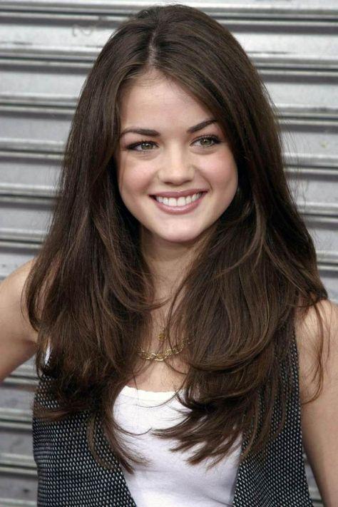 Lucy Hale Lange Braune Haare Seitenscheitel Glatt Frisuren Lange Haare Stufen Lange Braune Haare Lange Haare