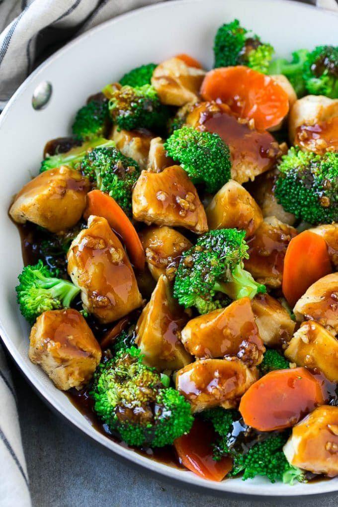 Gesunde Huhn und Brokkoli unter Rühren braten