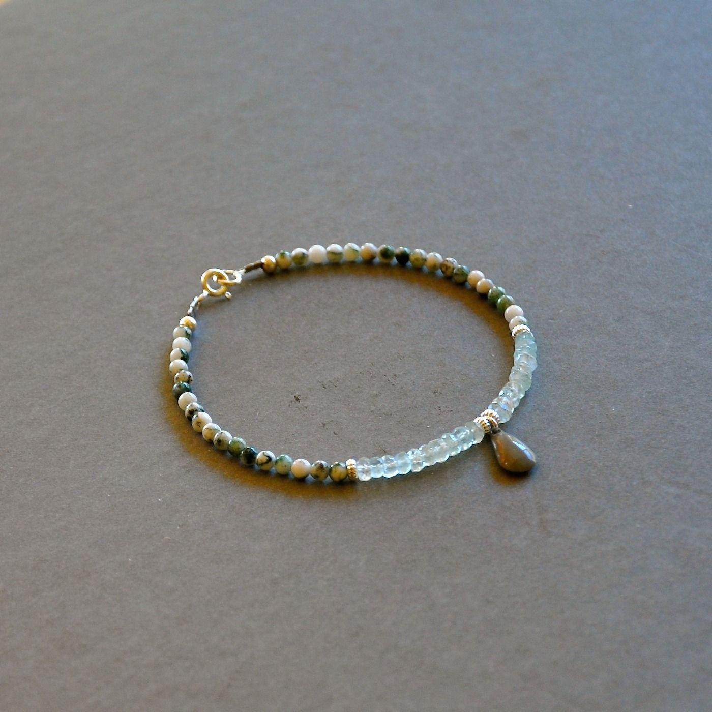 """Bracelet fin pierres agates et pierres de lune facettées : Modèle """"Brooke"""" : Bracelet par kanakeis"""