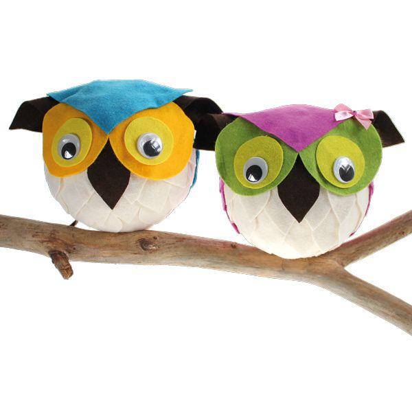 Pöllöt on valmistettu liimaamalla askarteluhuopaa styrox-pallojen päälle.