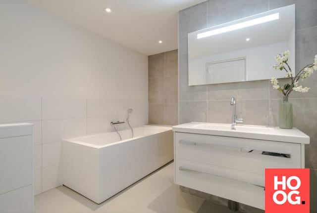 Moderne badkamer met badkuip en gietvloer badkamer ideeën design