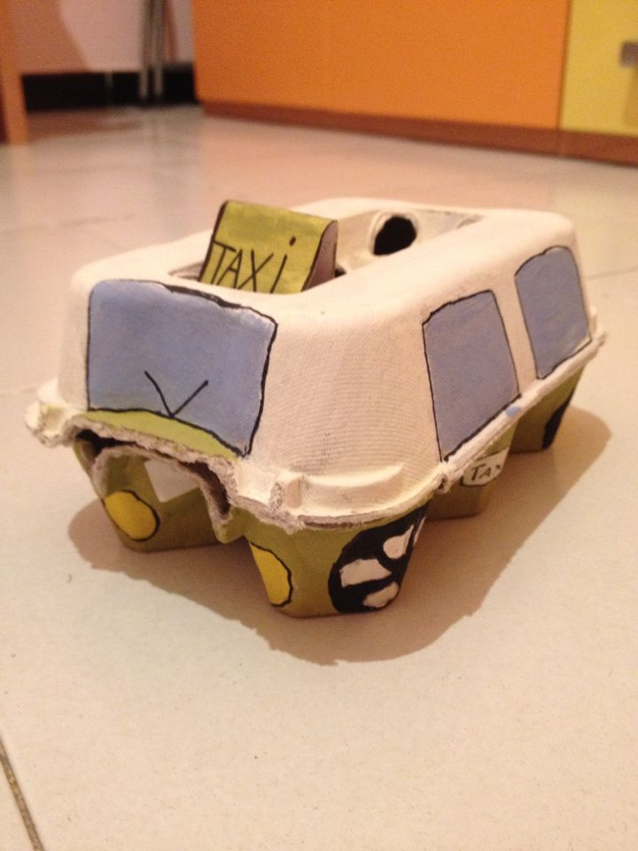Taxi fatto con la scatola delle uova