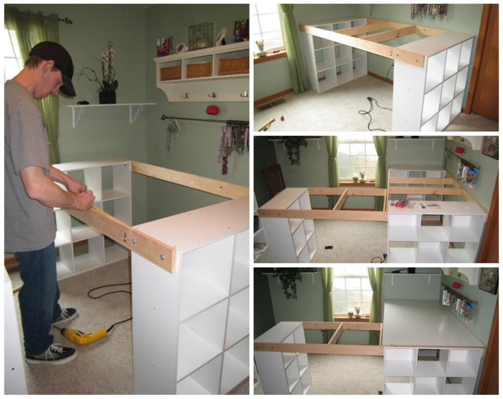 Il relie étagères ikea avec du bois et en fait le meuble dont