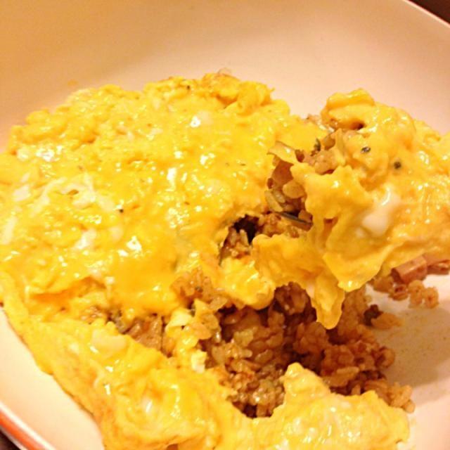 ミートソースの具が残っていたので それにケチャップを少したしてリメイクオムライス  我が家のミートソースはトマトの酸味がにがてな長男の為にビーフシチューの固形を混ぜまろやかな味に! - 10件のもぐもぐ - ミートソースオムライス(=´∀`)チェダーチーズ入りとろとろ卵で by chiikr