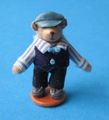 Teddybär Mann  für das Puppenhaus    Miniatur 1:12      Eine süsse Dekoration für das Puppenhaus.    Der kleiner Baer  wurde aus einem Ständer befestig.      Maßstab 1:12    Größe ca. 2,5 cm hoch    Material: Kunststoff / Textil      Achtung-Nicht geeignet für Kinder unter 14 Jahren - Sammlerartikel!