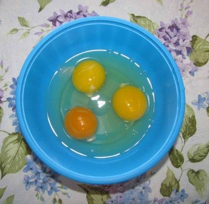 Look at the difference in the color of eggs yolks between store bought eggs and the farm raised egg!
