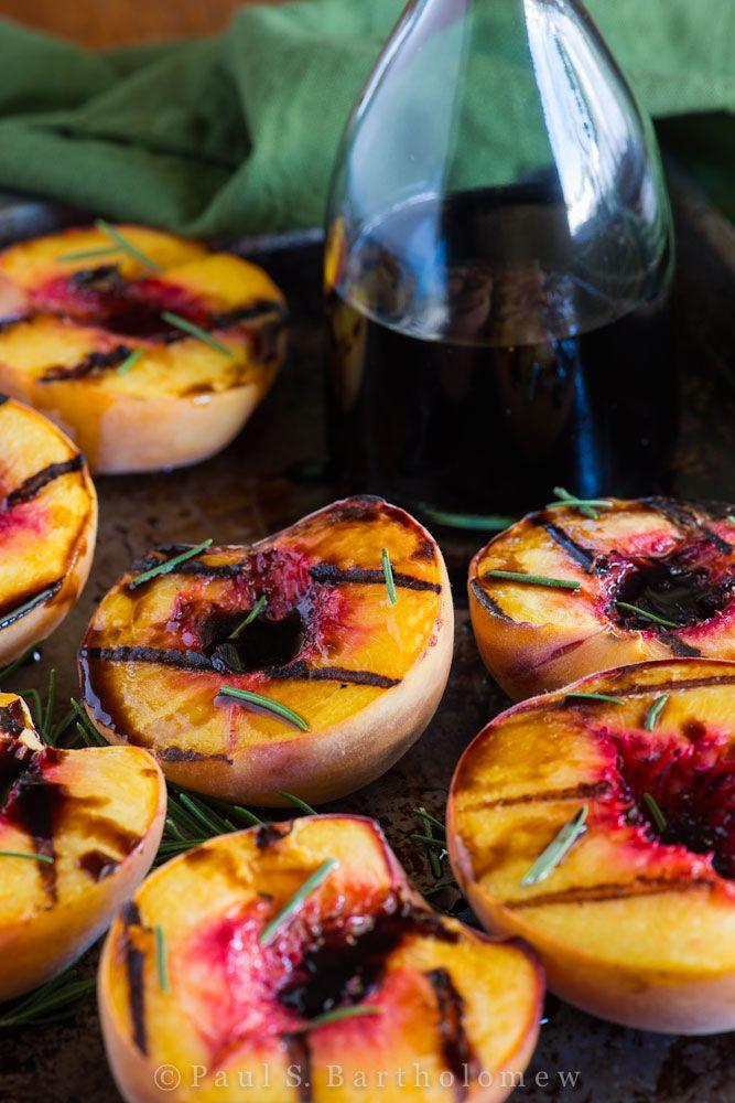 Grilled Peaches with Rosemary & Balsamic Vinegar. 5min leikkauspuoli alaspäin --> käännä 5min, lopuksi vasta balsamico ja yrtit