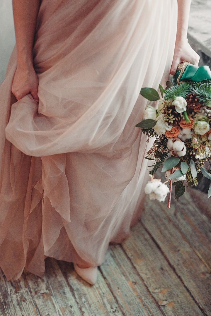 Rustic and cozy winter wedding styled shoot | neutral wedding dress | fabmood.com #winterwedding #weddingdresses #wedding #rusticwedding #greenwreath #weddingbouquet #wedding #nudeweddingdress #coloredweddingdress