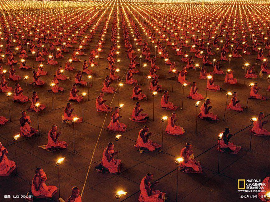 Prière au temple Dhammakaya en Thaïlande - Luke Duggleby