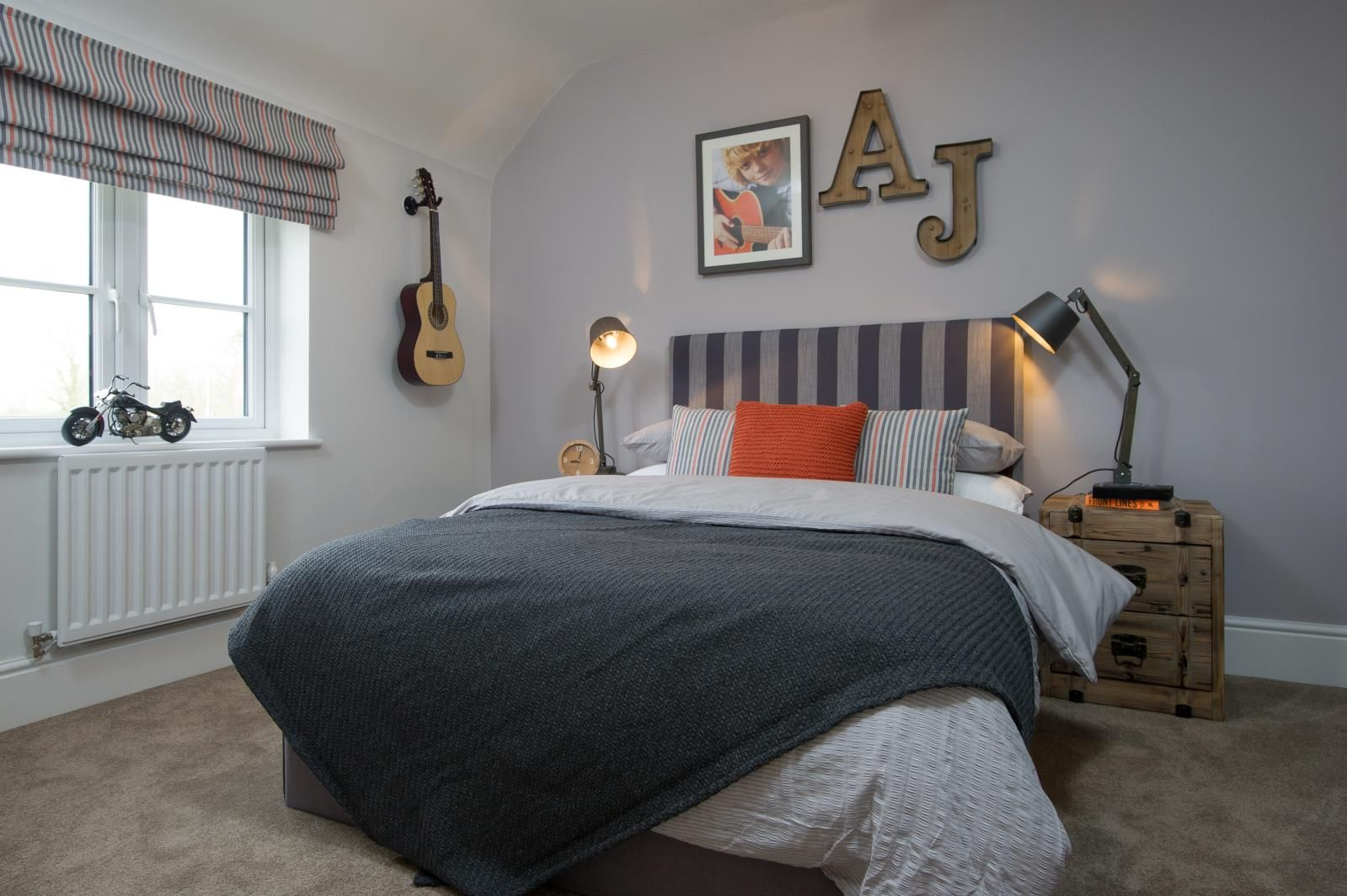 This bedroom is perfect for a teenage boy - it is stylish ...