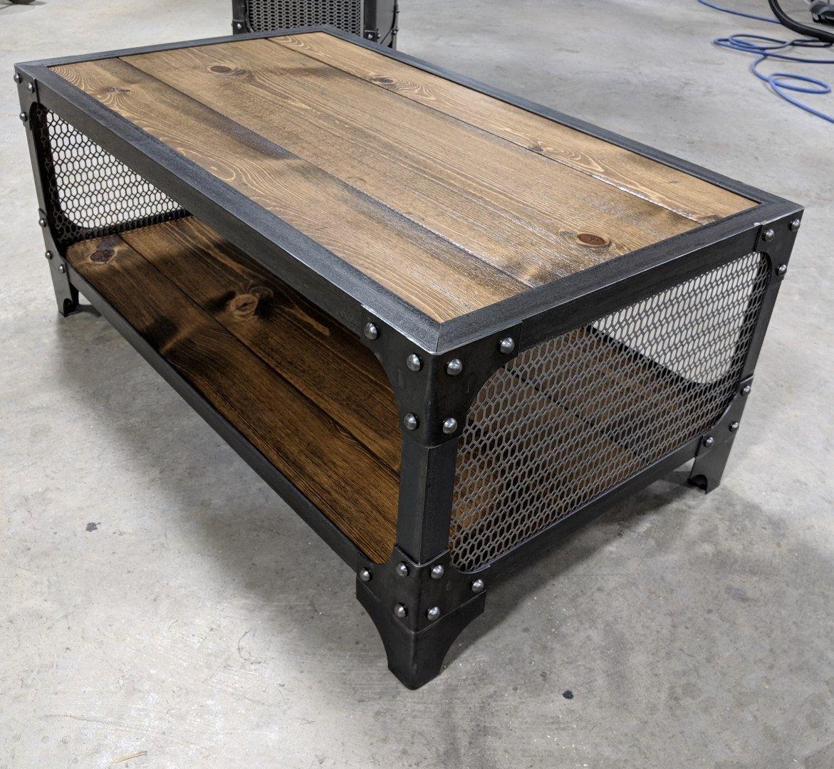 Table à café industrielle avec le bois et la maille