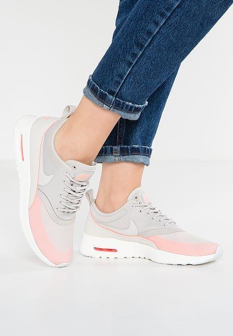 Perfekte Schuhe für Frauen, die es lässig und sportlich mögen. Nike  Sportswear AIR MAX THEA ULTRA - Sneaker low - light iron ore/light bone/ atomic pink für ...