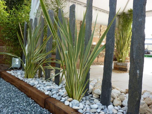 Massif contemporain piquets d 39 ardoise phorniums galets for Deco jardin contemporain
