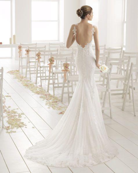 Femenino y alegre, este modelo en corte sirena de encaje con pedrería bordada, realza la silueta de la futura novia. Las sofisticadas aplicaciones de pedrería son el broche perfecto para dar a este diseño luz propia.