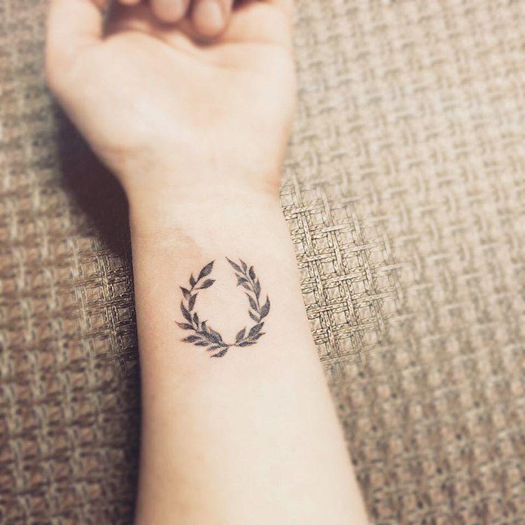 저희 누나 작품 @tattooist_karin #카린타투#타투이스트카린#여자타투이스트#타투이스트#강남타투#여자타투#손목타투#타투#월계수#월계수타투#데일리#일상#소통#tattoos#tattooed#tattooing#tattooart#laureltattoo#tattooedgirls#tattooedwomen#tattooing#tattoodesign
