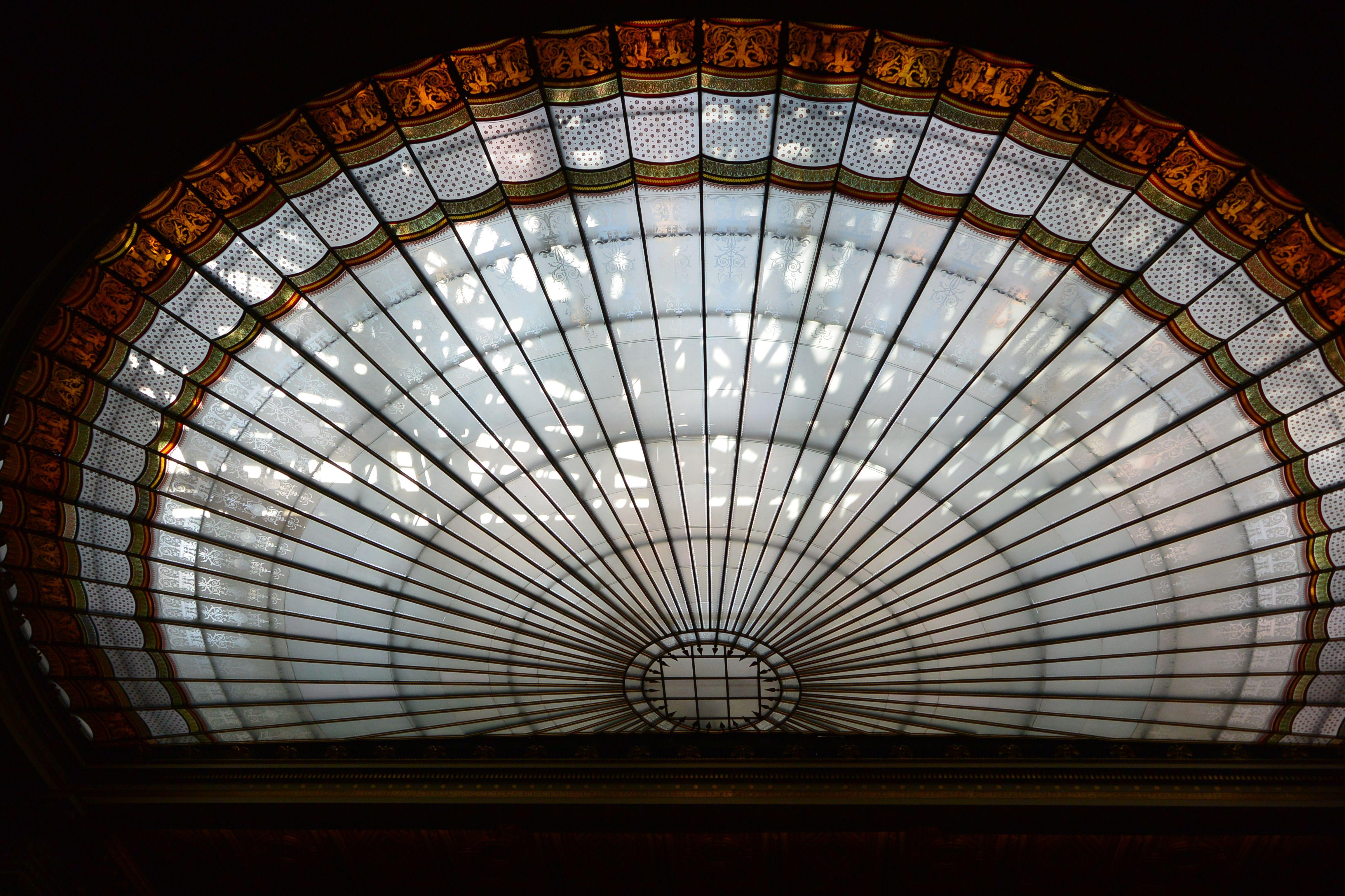 Wien-Glasdecke im historischen Sitzungssaal des Parlaments