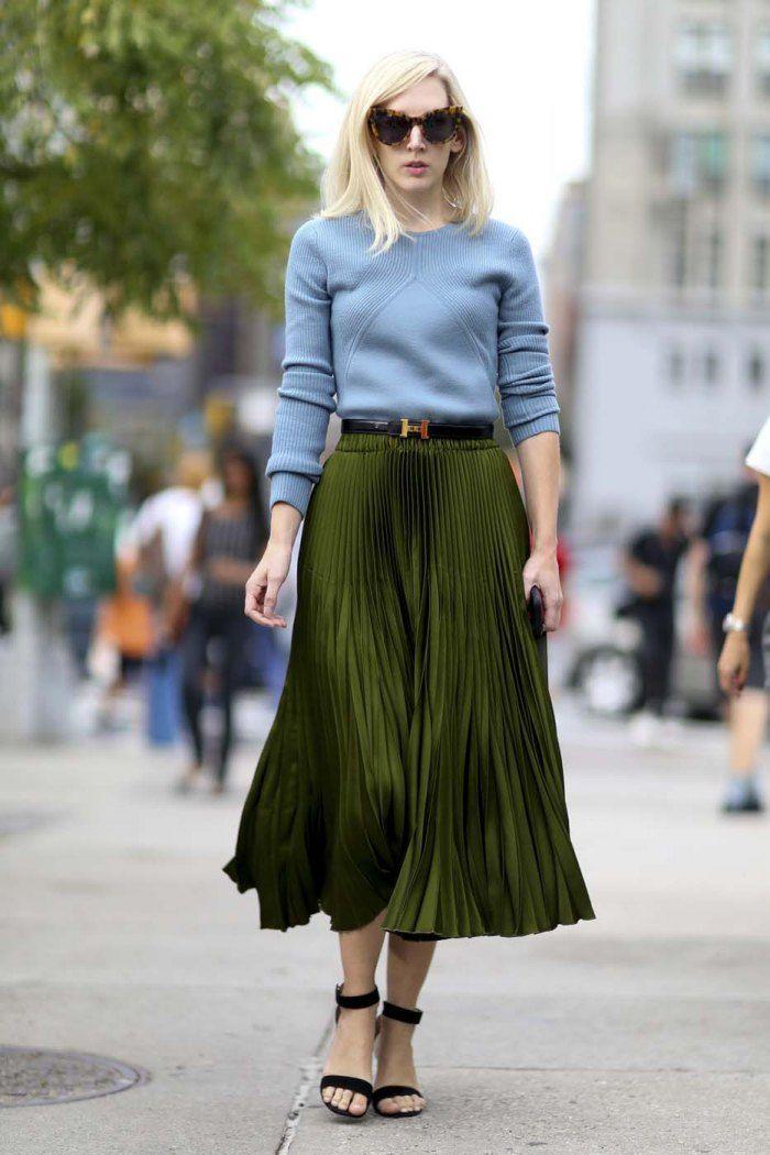 Street style 30 idées pour adopter le kaki , La jupe longue plissée, le  vêtement à s\u0027offrir ce printemps. © Imaxtree