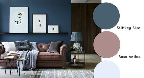 Soggiorno con divano classico chester e parete blu ...