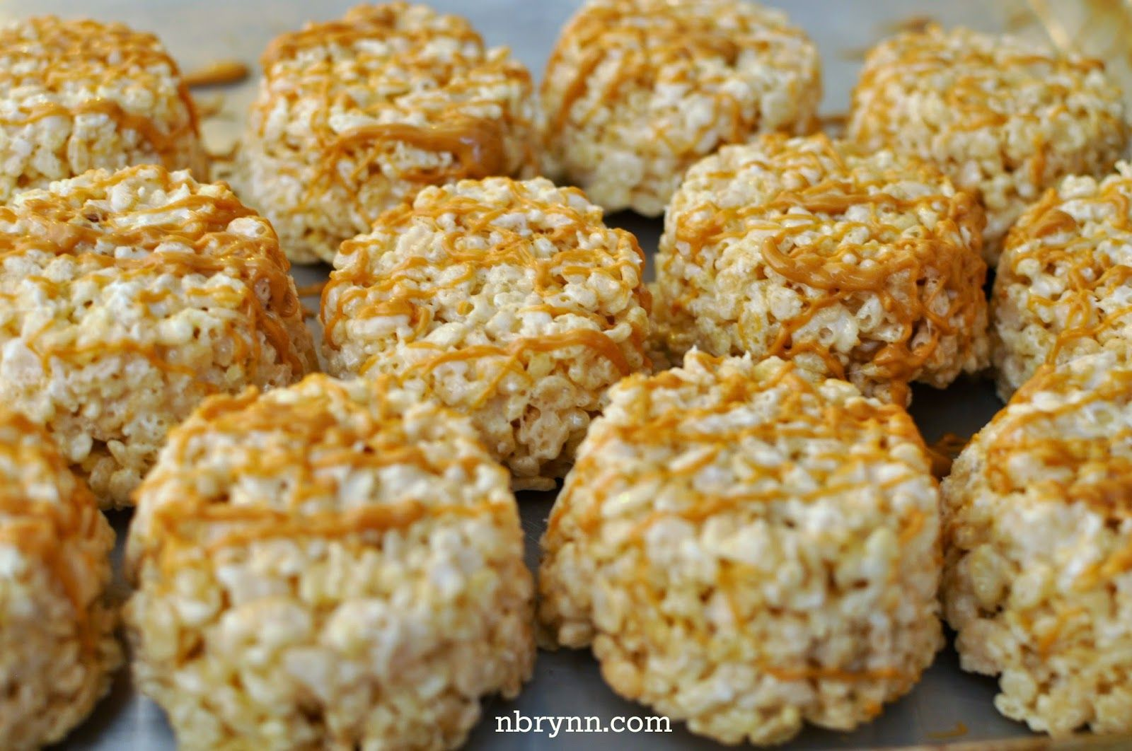 Chocolate & Peanut Butter Rice Krispy Treat Pops #peanutbutterballswithricekrispies