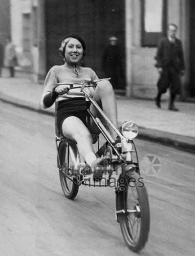 Junge Frau fährt auf einem Liegefahrrad ullstein bild - ullstein bild/Timeline Images, 1933