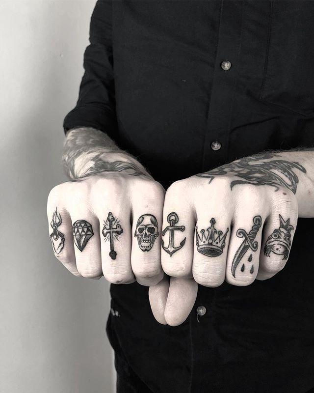 """Simplemente más tatuaje. en Instagram: """"La perfección de los dedos por Jakub Settgast (@jakubsettgast), residente en Pechschwarz Tattoos (@pechschwarztattoo) en Berlín, DE. #STYNG ➕ … """""""