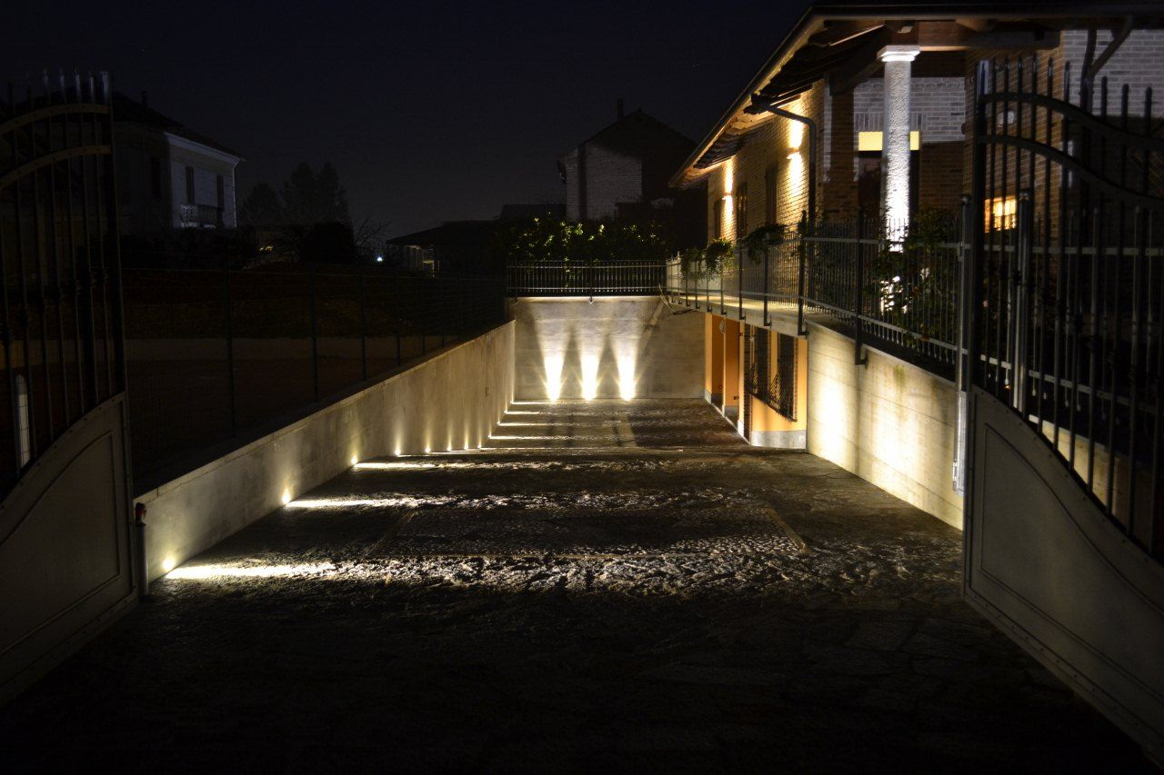 Un viale reso suggestivo grazie all 39 illuminazione con for Faretti esterni led