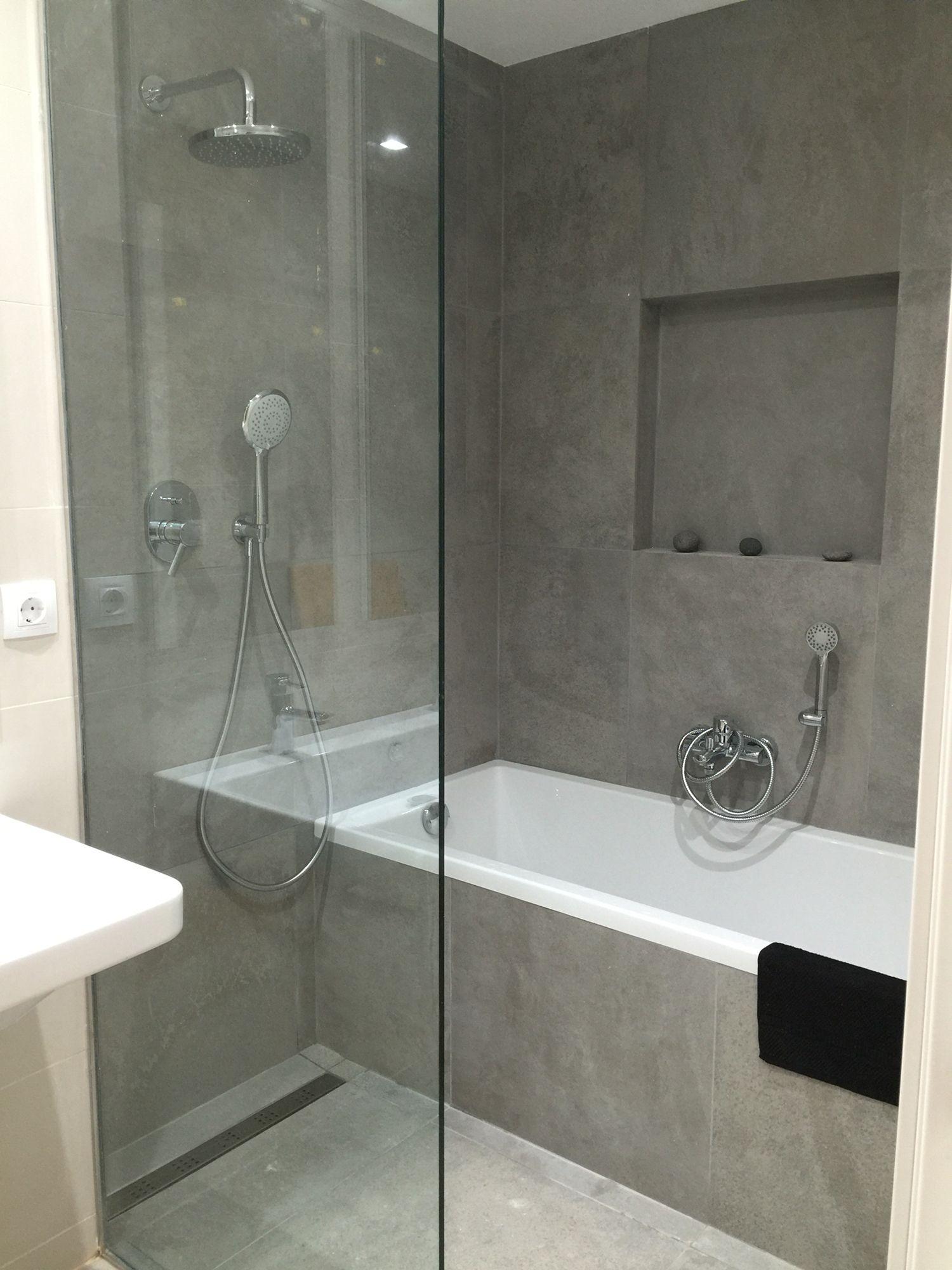 bao con baera y ducha pavimento continuo sumidero decorativo lineal separador de vidrio