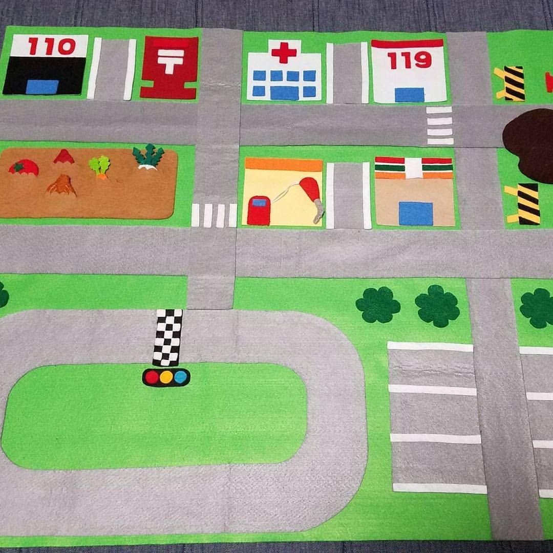 手作り道路マット 車好きの息子はとっても気に入って毎日遊んでる 次は何を作ろうかな 2歳0ヶ月 2月生まれ 手作りおもちゃ 道路マット 手作りおもちゃ 手作り 手作りおもちゃ 3歳