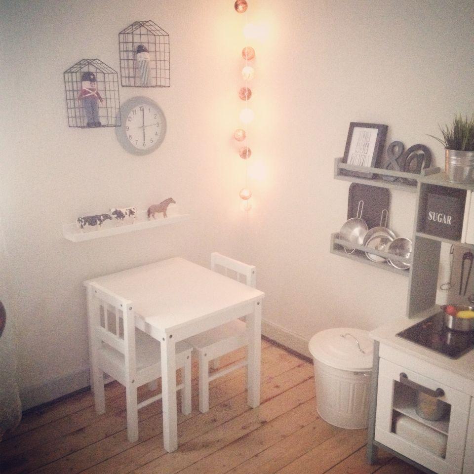 Legehjørne i stuen med IKEA legekøkken